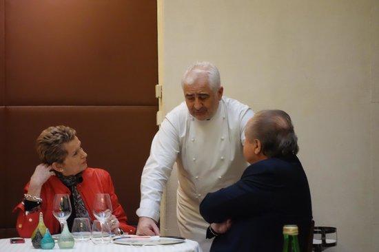Restaurant Guy Savoy : Guy Savoy chatting to customers