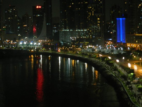 Plaza Paitilla Inn: Vista nocturna