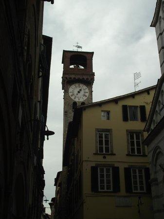 Torre delle Ore : Torre dell'Orologio (Torre  do relógio) vista da Via Fillungo.