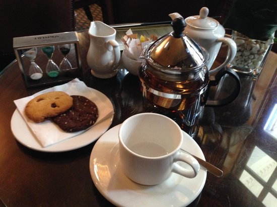 The Montague on The Gardens : Delightful tea service in the bar
