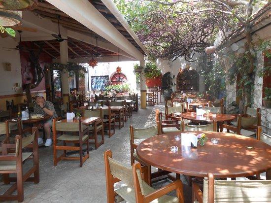 Guido's: Guidos Restaurant court yard