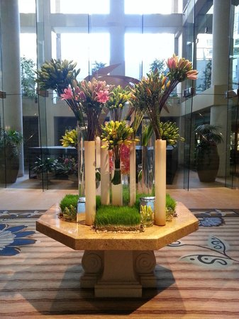Omni Los Angeles at California Plaza : Very nice flower display at lobby