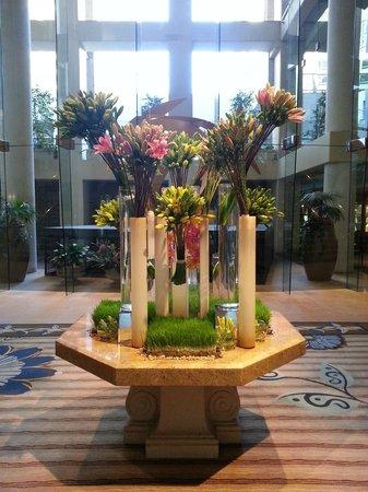 Omni Los Angeles at California Plaza: Very nice flower display at lobby