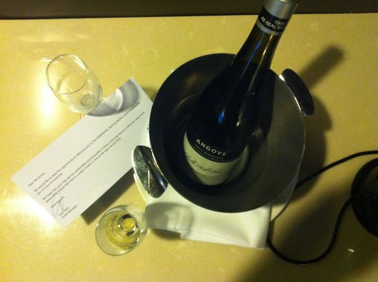 PARKROYAL Darling Harbour Sydney: Complimentary wine on our 2nd anniversary