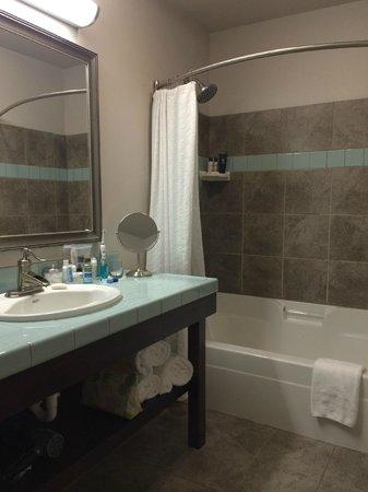 Inn at Nye Beach : Large Bathroom