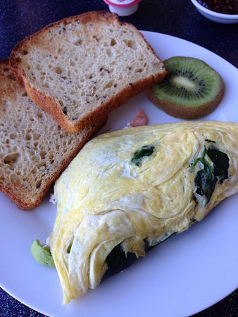 The Kiwi Cafe: Spinach, goat cheese, avacodo and smoked salmon omelette