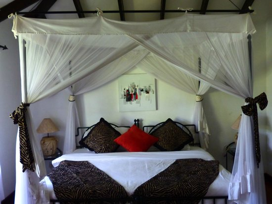 Karen Blixen Coffee Garden & Cottages: Bed ready for a good night's rest!