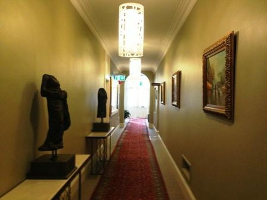 Adabco Boutique Hotel: Corridor to main entrance