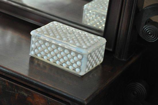 Nichols House Museum : glass box