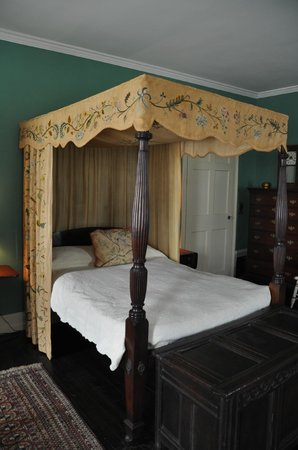 Nichols House Museum: bed