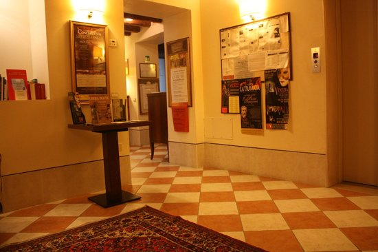 Residence Corte Grimani : Part of the lobby.