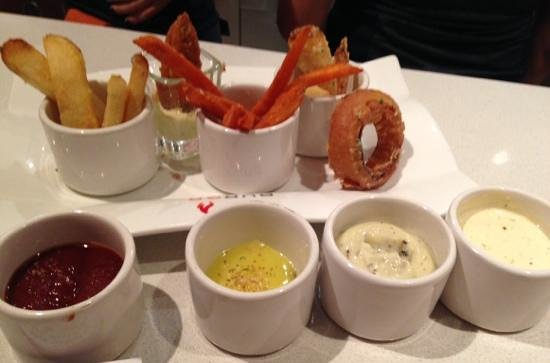 Gordon Ramsay Burger: delicious sides and dipping sauces!