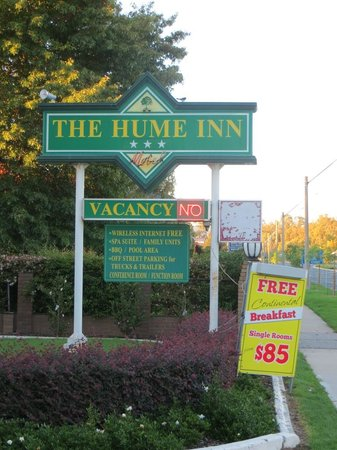 The Hume Inn Motel: The sign for the motel