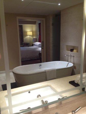 Sheraton Grand Macao Hotel, Cotai Central: Huge Bath tub