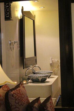 Dara Samui Beach Resort: spacious bathroom