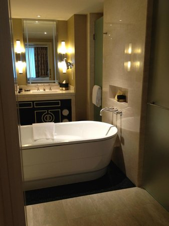 Sheraton Grand Macao Hotel, Cotai Central: Lovely, oversized Bathroom with sep. shower and toilet room, lots of towels, Bliss products, 2 s