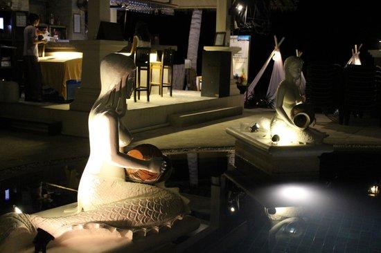 Dara Samui Beach Resort: Pool at night