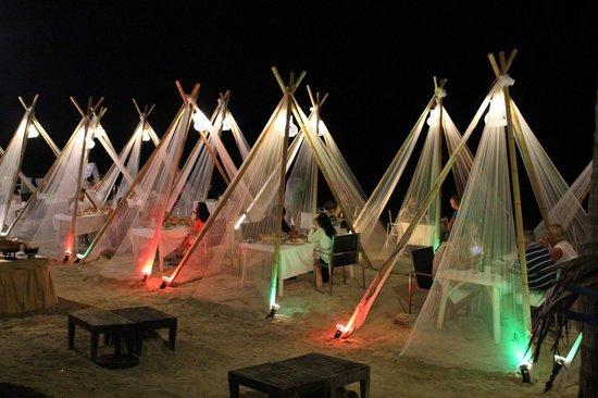 Dara Samui Beach Resort : Beach front dining