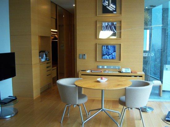 Park Hyatt Seoul: sitting area of basic room, view into bathroom