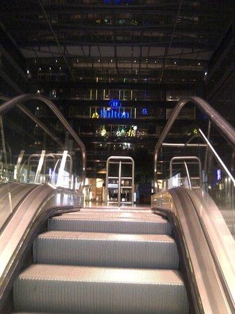 Hilton Frankfurt Airport Hotel: Approaching by escalator