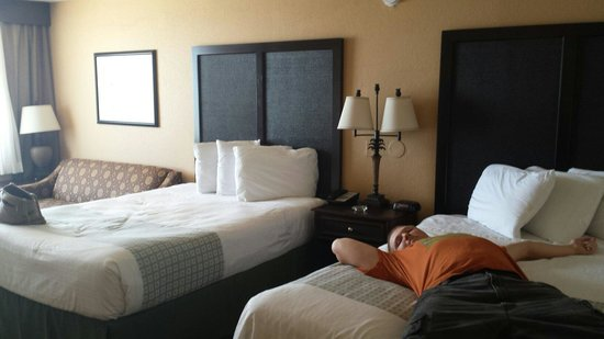 Lexington Inn & Suites: After 10 hours, truck breaking down and no rental car we we're exited our room was ready early!!