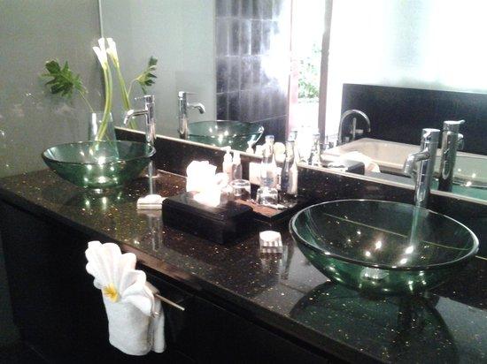 Sun Island Boutique Villas & Spa: Luxury bathroom with outdoor shower .