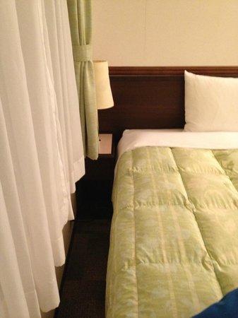 Toyoko Inn Osaka Itami Airport : Toyoko Inn Osaka Itami, Room--area to left of bed