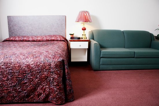 Country Club Inn: Single room with a sofa bed