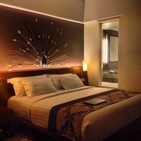 Sun Island Hotel & Spa Kuta: nice bed with peek-a-boo bathroom