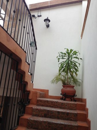Plaza Magnolias Hotel: Adjacent location-stairs