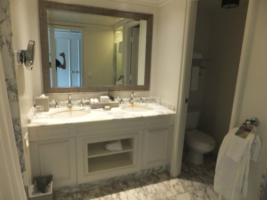 Fairmont Orchid, Hawaii : The tired marble bathroom