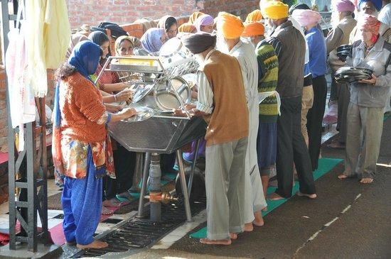 Goldener Tempel (Hari Mandir): Добровольцы за мытьём посуды