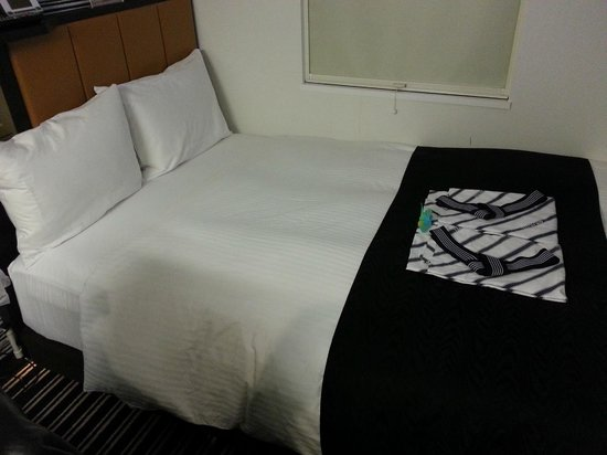 APA Hotel Shibuya Dogenzakaue : Double room's bed