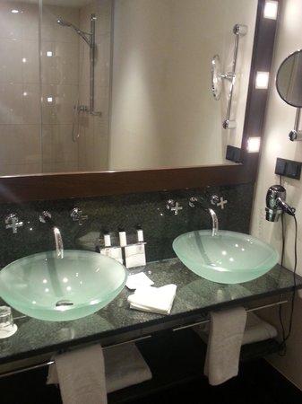 Fleming's Hotel Wien-Westbahnhof: Shower area with 2 basins