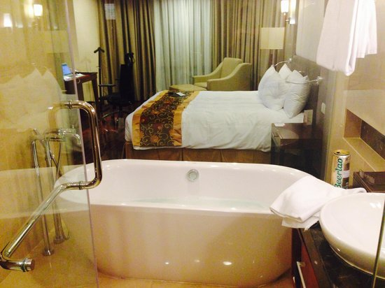 Crowne Plaza West Hanoi: Glass wall is a nice touch