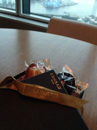 Conrad Tokyo: プレゼントの箱