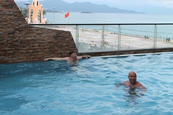 Novotel Nha Trang : Бассейн отеля. Есть зона для детей.