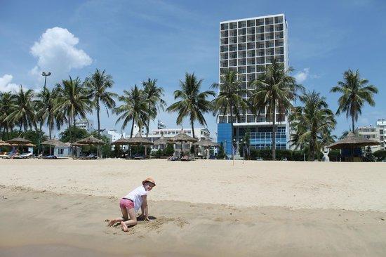 Novotel Nha Trang : Вид на отель с пляжа.