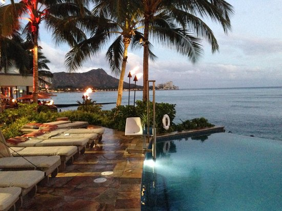 Sheraton Waikiki : Picture perfect view of the infinity pool looking towards Diamond Head. Nice. But it gets busy h