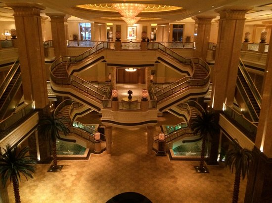 Emirates Palace Hotel: Scalinata