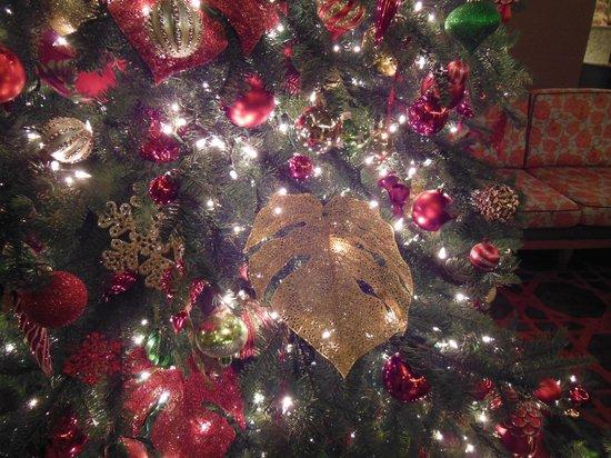 Sheraton Kauai Resort: クリスマスツリーにモンステラの葉!
