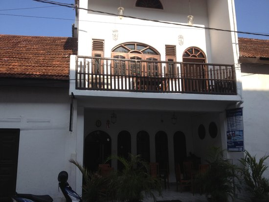 Thenu Rest Guest House: Front entrance