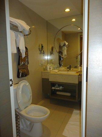 Jinjiang MetroPolo Hotel Classiq Shanghai Peoples' Square : Salle de bain bien équipée
