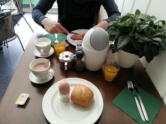 Hotel De Ruyter : Ontbijt in de veranda.
