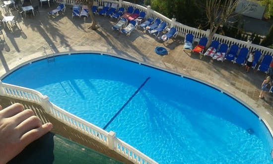 Aparthotel Holiday Center: Balcony view of the pool