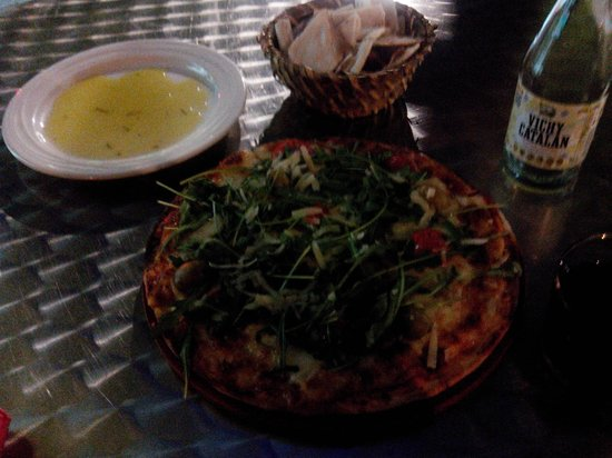 Caleuche: Pizza uit de steenoven, met goeie olijfolie en vers gebakken platbrood om te dippen