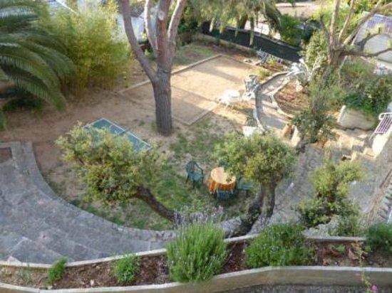 Hotel La Parenthese : Vue de la petite terrasse de la chambre sur le jardin