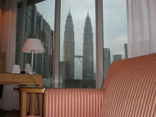 Pullman Kuala Lumpur City Centre Hotel And Residences : Patronas Towers from the bed