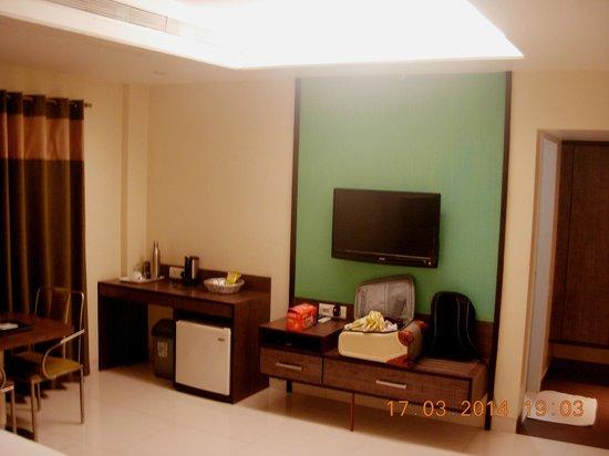 Bizz Tamanna Hotel: TV, coffee-maker, mini-bar.