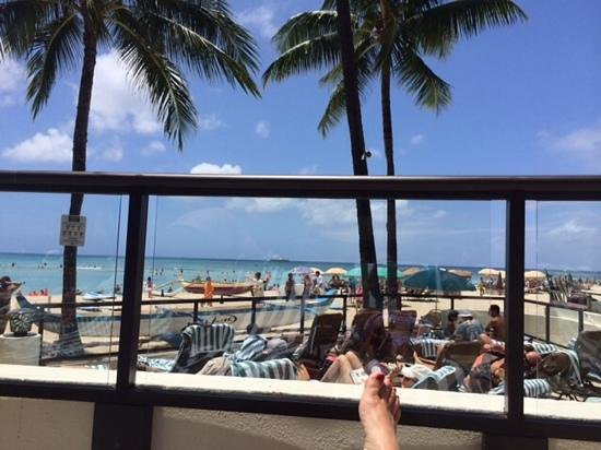 Outrigger Waikiki Beach Resort: pool looking out to ocean
